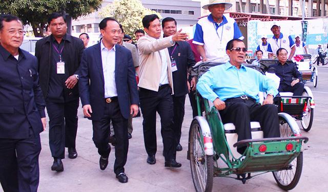 Thủ tướng Campuchia góp gần 150 ngàn đô lập Quỹ xích lô - Ảnh 1.