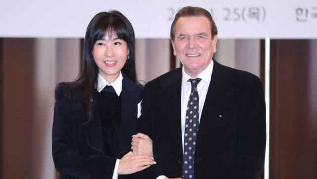 Cựu thủ tướng Đức tái hôn lần 5 với vợ trẻ Hàn Quốc - Ảnh 1.