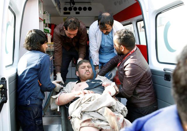 Đánh bom xe cứu thương ở Afghanistan, ít nhất 95 chết - Ảnh 1.