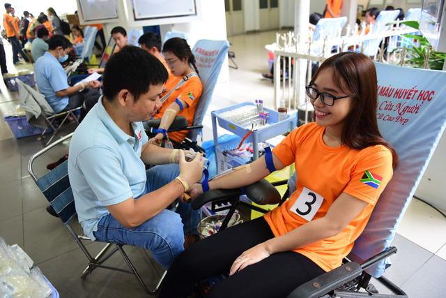 Sinh viên TP.HCM giúp việc nhà làm từ thiện mùa Tết - Ảnh 2.