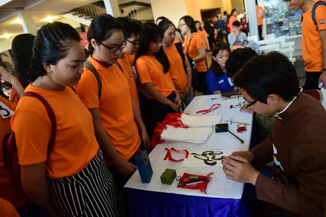 Sinh viên TP.HCM giúp việc nhà làm từ thiện mùa Tết - Ảnh 4.