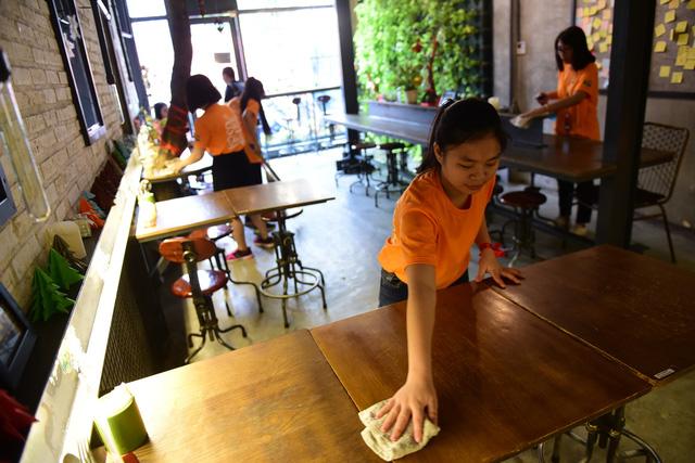 Sinh viên TP.HCM giúp việc nhà làm từ thiện mùa Tết - Ảnh 3.