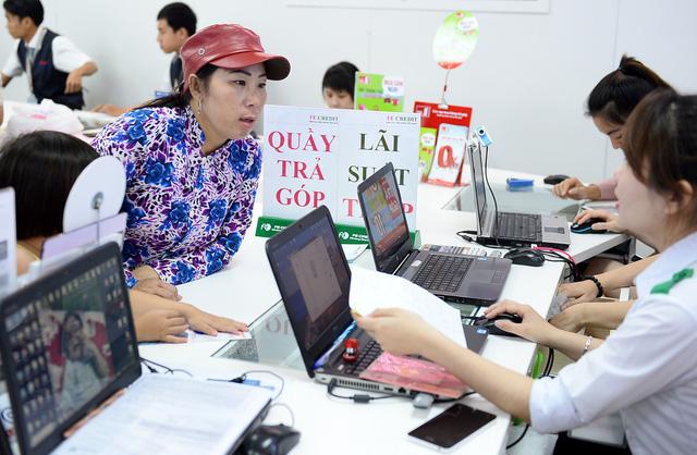Người Việt đang vay tiền xài quá mức