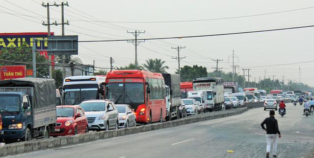 Cửa ngõ Hà Nội, TP.HCM ùn tắc xe người dân nghỉ lễ trở về - Ảnh 4.