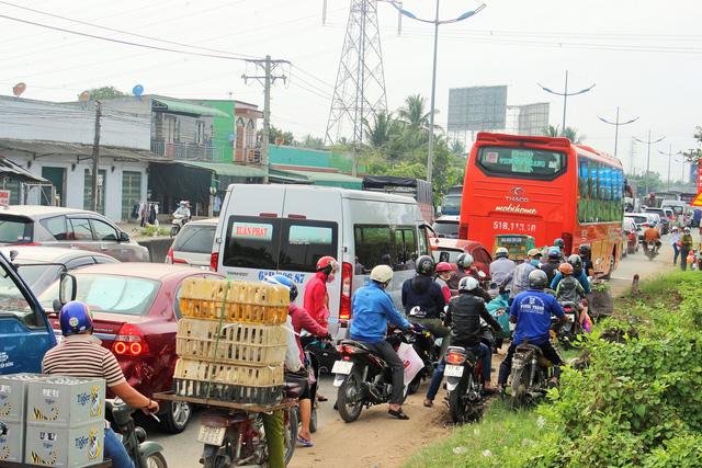 Cửa ngõ Hà Nội, TP.HCM ùn tắc xe người dân nghỉ lễ trở về - Ảnh 5.