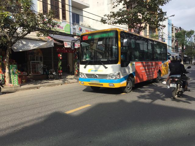Kỷ luật nhân viên xe buýt chặt chém khách nước ngoài đến Hội An - Ảnh 1.
