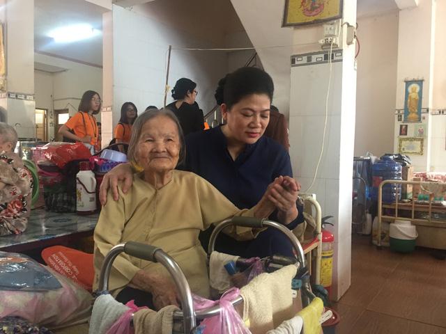 Sinh viên TP.HCM giúp việc nhà làm từ thiện mùa Tết - Ảnh 6.