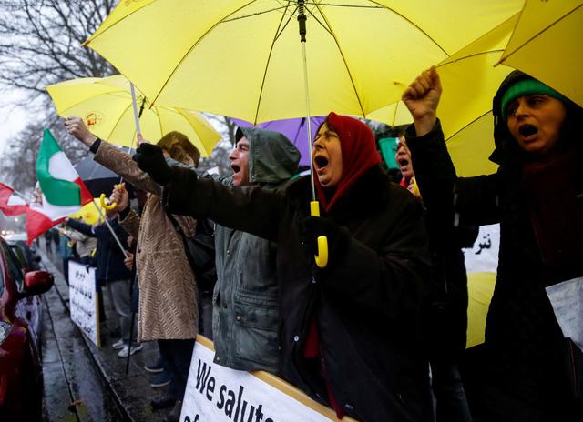 Dân Iran biểu tình bất chấp chính quyền đáp trả cứng rắn - Ảnh 2.