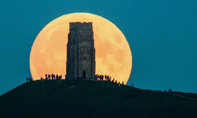 Ngắm trăng xanh, siêu trăng, trăng máu cùng một ngày - Ảnh 1.