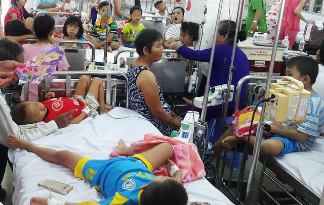 Nhiều bệnh viện quá tải lo lắng - Ảnh 1.
