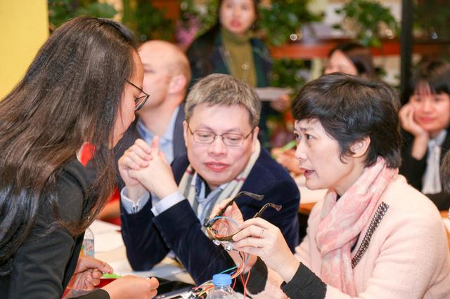 Nữ sinh Lâm Đồng làm kính thông minh cho người khiếm thị - Ảnh 1.