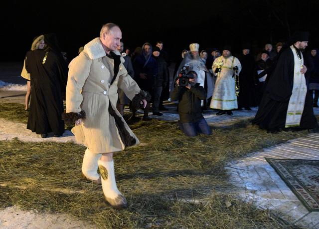 Tổng thống Putin cởi trần, tắm nước -7 độ C ngoài trời - Ảnh 2.