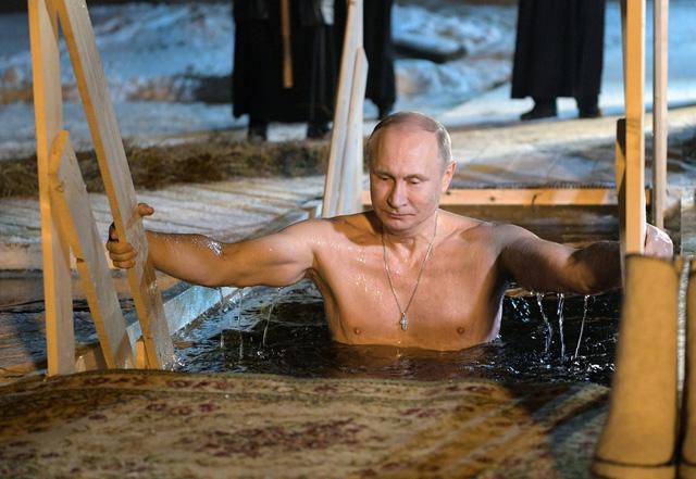 Tổng thống Putin cởi trần, tắm nước -7 độ C ngoài trời - Ảnh 1.