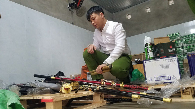 Thu giữ nhiều vũ khí nóng tại cửa hàng tạp hóa - Ảnh 1.