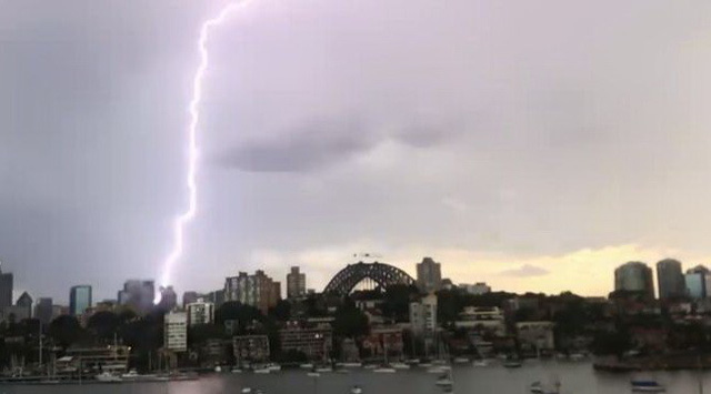 Sau nóng kỷ lục, Sydney dồn dập sét - Ảnh 3.