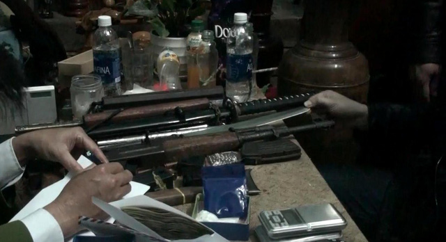 Đột kích nhà trùm ma túy, tịch thu súng AK - Ảnh 1.