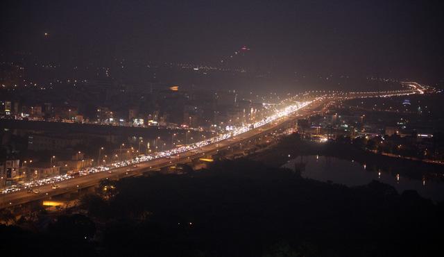 Cửa ngõ Hà Nội, TP.HCM ùn tắc xe người dân nghỉ lễ trở về - Ảnh 1.