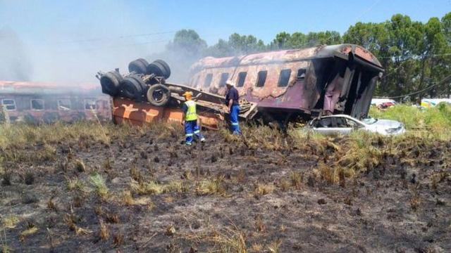 Xe lửa đụng xe tải bốc cháy, ít nhất 14 người chết - Ảnh 2.