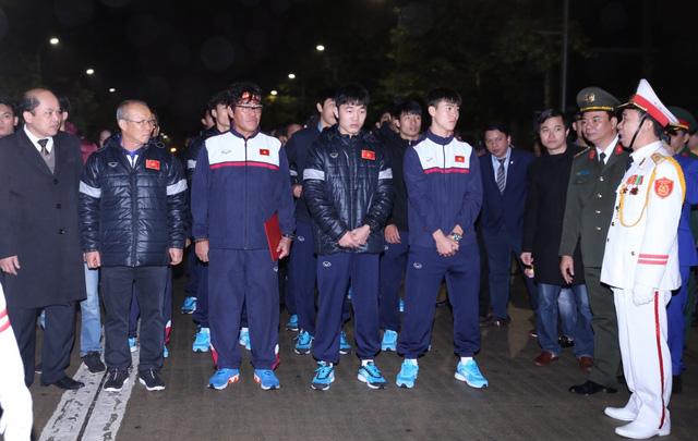 Thầy trò U23 Việt Nam dâng hương báo công trước Lăng Bác - Ảnh 1.