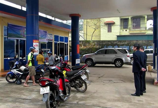 Cây xăng bán xăng lẫn nước, hàng loạt xe chết máy - Ảnh 1.