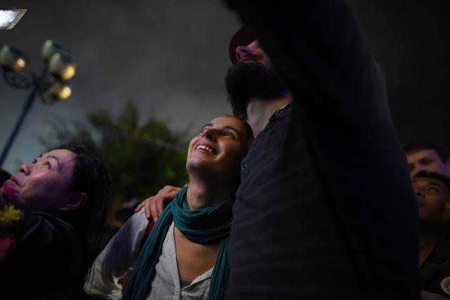 Khách Tây quẩy trong mưa dày đặc phố cổ Hội An đón giao thừa - Ảnh 5.
