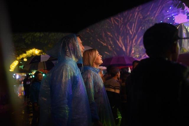 Khách Tây quẩy trong mưa dày đặc phố cổ Hội An đón giao thừa - Ảnh 7.