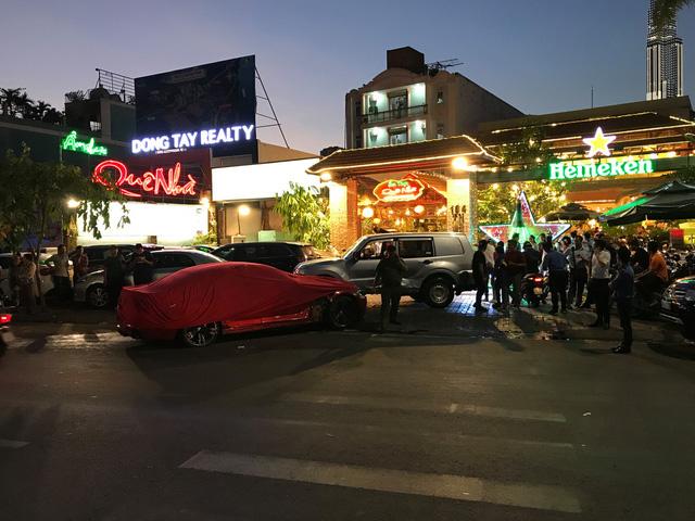 Xe BMW tông xe máy và 3 ôtô gần cầu Sài Gòn khi phố lên đèn - Ảnh 1.