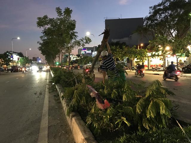 Xe BMW tông xe máy và 3 ôtô gần cầu Sài Gòn khi phố lên đèn - Ảnh 2.