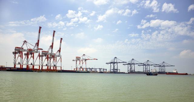 Tàu container lớn nhất thế giới chở hàng đi thẳng từ VN sang Bắc Âu - Ảnh 2.