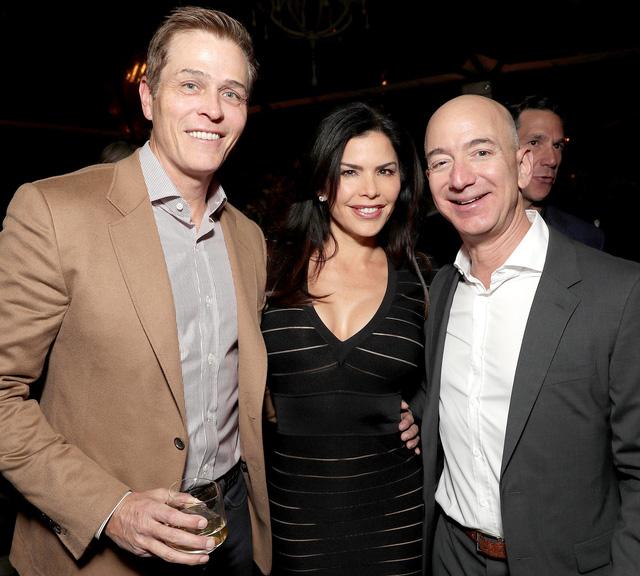 Tỉ phú Jeff Bezos ly hôn ngay vì sợ bị công bố điều tra ngoại tình - Ảnh 1.