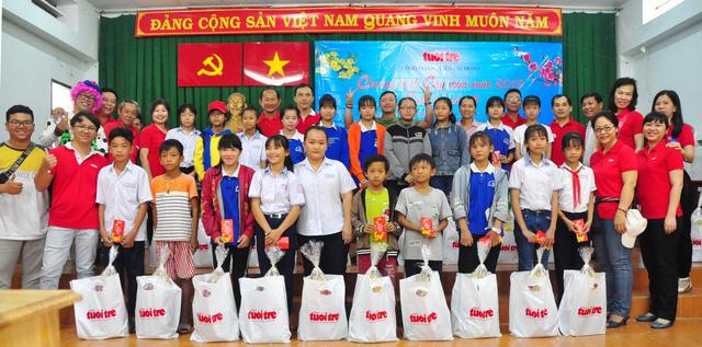 Công đoàn báo Tuổi Trẻ trao 124 suất quà tết đến học trò nghèo - Ảnh 1.