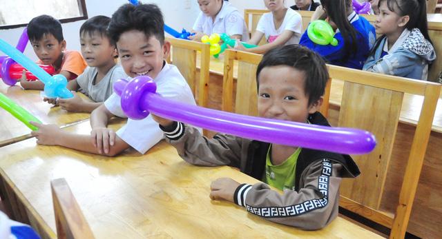 Công đoàn báo Tuổi Trẻ trao 124 suất quà tết đến học trò nghèo - Ảnh 3.