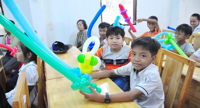 Công đoàn báo Tuổi Trẻ trao 124 suất quà tết đến học trò nghèo - Ảnh 4.