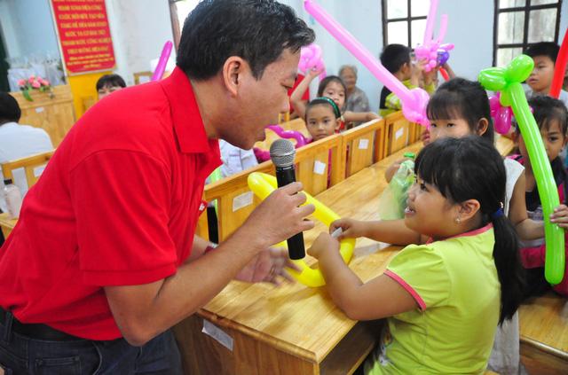 Công đoàn báo Tuổi Trẻ trao 124 suất quà tết đến học trò nghèo - Ảnh 5.
