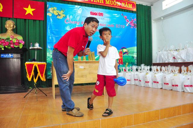 Công đoàn báo Tuổi Trẻ trao 124 suất quà tết đến học trò nghèo - Ảnh 6.