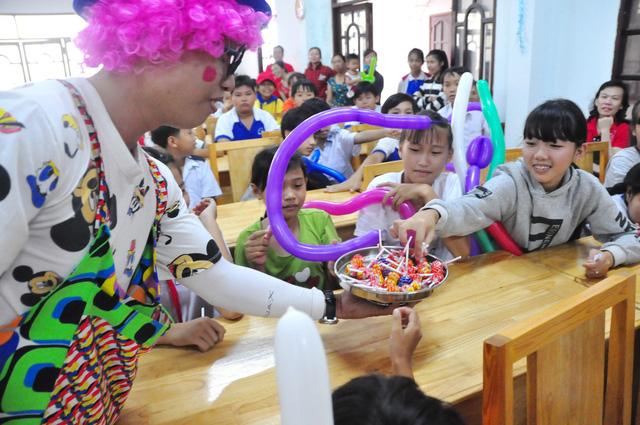 Công đoàn báo Tuổi Trẻ trao 124 suất quà tết đến học trò nghèo - Ảnh 7.