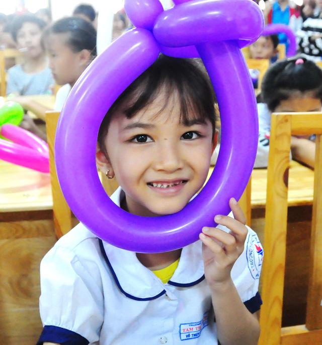 Công đoàn báo Tuổi Trẻ trao 124 suất quà tết đến học trò nghèo - Ảnh 2.
