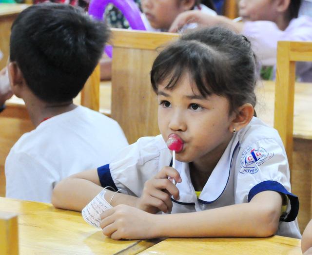 Công đoàn báo Tuổi Trẻ trao 124 suất quà tết đến học trò nghèo - Ảnh 8.