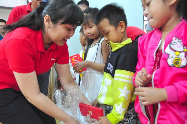 Công đoàn báo Tuổi Trẻ trao 124 suất quà tết đến học trò nghèo - Ảnh 9.