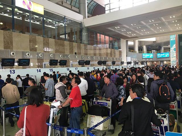Sân bay Nội Bài thử nghiệm phân luồng hành khách nhằm giải quyết ùn tắc - Ảnh 1.