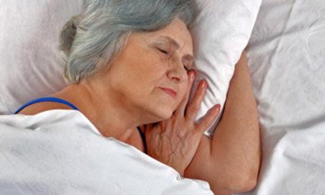 Ngủ không sâu giấc - dấu hiệu sớm của chứng Alzheimer - Ảnh 1.