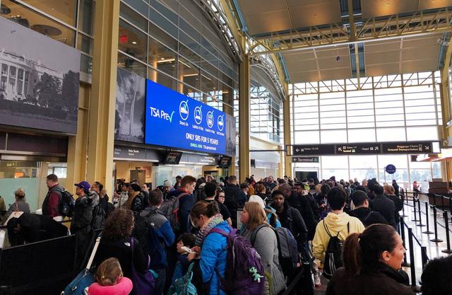 Hành khách lọt cửa an ninh, mang vũ khí nóng lên máy bay ở Mỹ - Ảnh 1.