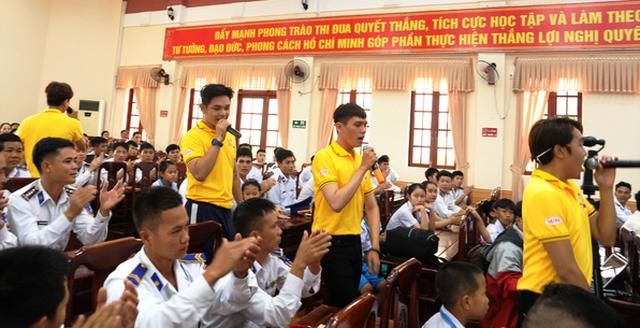 Nghệ sĩ TP HCM giao lưu với chiến sĩ Vùng Cảnh sát biển 2 - Ảnh 1.