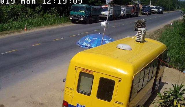 Tài xế nghênh chiến với thanh tra giao thông ở trạm cân lưu động - Ảnh 2.