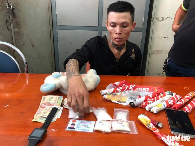 Bắt thanh niên xăm trổ chứa ma túy trong gấu bông - Ảnh 2.