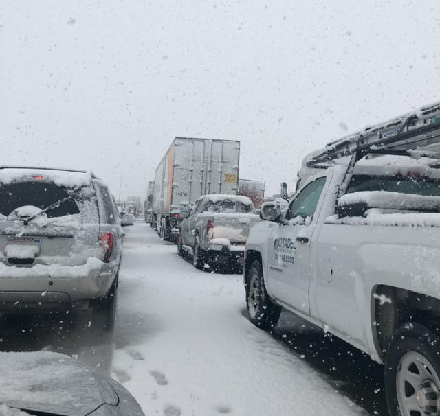 Dân California vui mừng khi thấy tuyết rơi, mưa lớn - Ảnh 3.