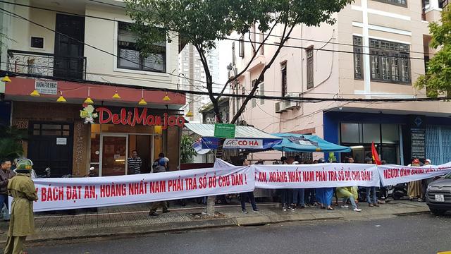 Hàng trăm khách hàng vây công ty bất động sản đòi đất - Ảnh 1.