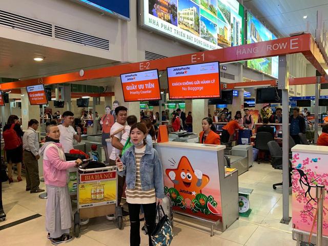 Trẻ em và người cao tuổi đi máy bay sẽ checkin ở quầy VIP - Ảnh 1.