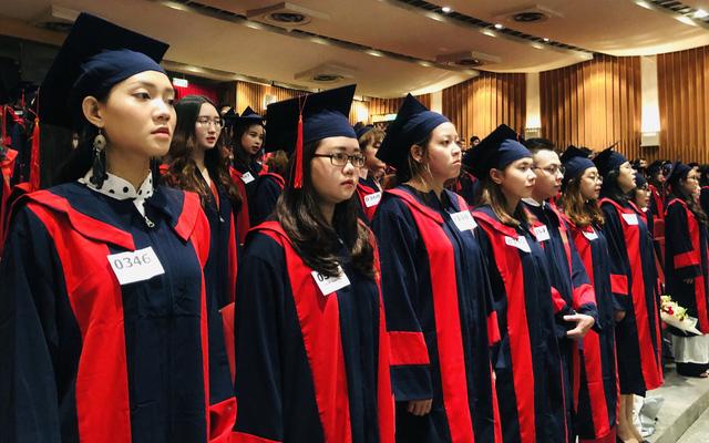 Sinh viên HUFLIT nhận bằng tốt nghiệp trễ 4 tháng vì hiệu trưởng bị miễn nhiệm - Ảnh 1.