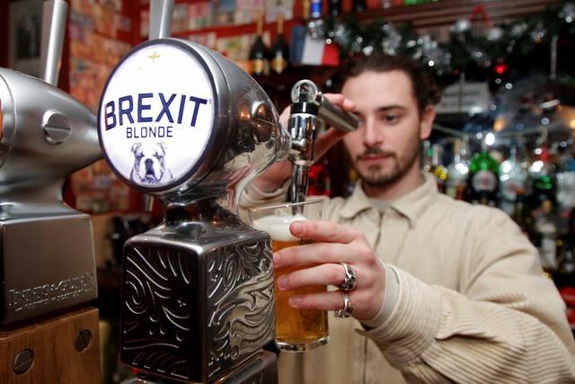 Người dân ở EU và Baltic một năm chi 130 tỉ euro cho bia rượu - Ảnh 1.